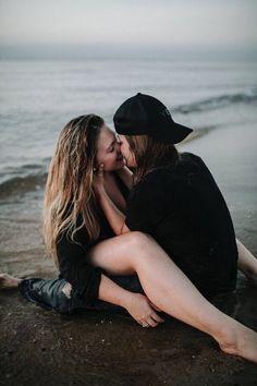Lesbian Chat for Her: Wonder Cute Lesbian Couples, Cute Couples Photos, Lesbian Love, Cute Couples Goals, Couple Goals, Girlfriend Goals, Gay Aesthetic, Lesbians Kissing, Girl Couple