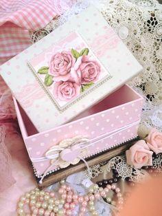 Bom dia!! Vamos de Inspiração hoje 😍😊❤️! Olha que Linda Caixa, super romântica e delicada!   Hoje estamos com até 50% de Desconto, confira Agora! Decoupage Vintage, Decoupage Box, Shabby Chic Pink, Vintage Shabby Chic, Shabby Chic Decor, Easy Crafts, Diy And Crafts, Paper Crafts, Pretty Box