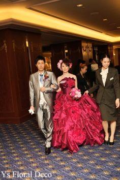 こちらのおふたりののお色直しのときのご様子です。清楚な白ドレスから、あでやかな赤紫がかったピンク系のドレスへお色直しです。華やかで素敵です~(^^) ... Victorian, Deco, Floral, Wedding, Dresses, Fashion, Casamento, Vestidos, Moda