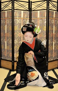 "Maiko Toshikana. Dancing the Japanese traditional dance ""Black hair (Kurokami)""."