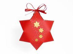 Diese Geschenkverpackung ist aus Fotokarton gefertigt und ca. 16,5 x 18,5 x 6 cm groß. Sie eignet sich am besten für Süßigkeiten, Modeschmuck oder auch kleine Accessoires. Mit etwas Bastelerfahrung ist sie einfach und schnell zu basteln. https://www.crazypatterns.net/de/items/10302/weihnachtsverpackung-0-6-bastelvorlagen-mit-anleitung