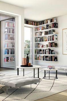 Bücherregal am Fenster