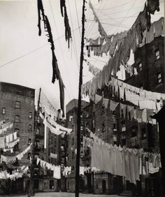 Panni stesi ad asciugare tra la 72esima strada e First Avenue a Manhattan, 16 marzo 1936. (Berenice Abbott – #NewYork Public Library)