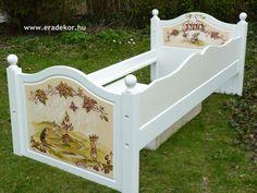 Az ágykeret - Anna névreszóló tömörfenyő indásvirágos-manós mintával festett fehér gyerekágy. Fotó azonosító: AGYANN23