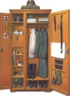 German uniforms en spullen in kast.