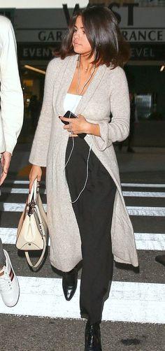 Pinterest: DEBORAHPRAHA ♥️ Selena gomez wearing a cozy winter outfit