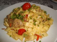 Reteta culinara Tagliatelle cu porc in sos de vin din categoria Paste. Specific Italia. Cum sa faci Tagliatelle cu porc in sos de vin Pizza Lasagna, Pasta Carbonara, Romanian Food, 20 Min, Food And Drink, Meals, Chicken, Ethnic Recipes, Italy