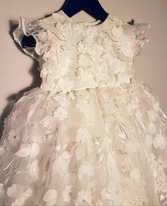 3D floraler Spitze, Satin und Tüll Taufe Kleid BESCHREIBUNG: Diese schöne 3D Blumen Spitze Taufe Kleid ist aus hochwertigen Materialien gefertigt. Es ist voll gefüttert für Komfort. Es hat zwei Schichten aus Tüll und zwei Schichten von Netto für Fülle. -Das Oberteil ist aus