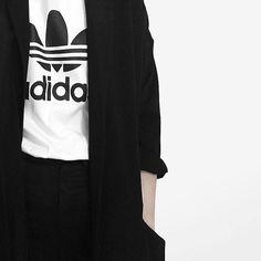 Kastenförmiges Oversize-Oberteil mit Kleeblatt-Logo adidas Originals by HYKE. Hier entdecken und shoppen: http://sturbock.me/OQ5