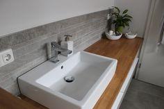 Badezimmer Waschtisch halbhoch mit Mosaik. Farblich passend zum Boden wurde an der Wand das Mosaik verlegt. #Fliesen # Mosaik