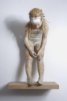 Let It Bleed de 15 ', de papel y cartón  Artista griego Vally Nomidou crea esculturas de tamaño natural de figuras humanas usando nada más que papel y cartón