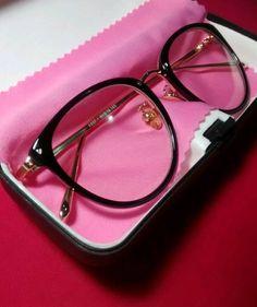 Armação de óculos para lente de grau, preta com hastes douradas, novíssima!!!✅ Comprei mês passado, não usei, está impecável sem nenhum arranhão. Brinde: um tapa olho fofinho com estampa de bolinhas  acompanha a caixinha, flanelinha rosa e o brinde. Aproveita e leva logo essa belezinha vai.. wpp: 19 98184-0725