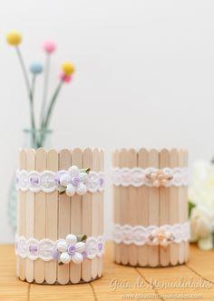Buscas un detalle delicado y sencillo para decorar la mesa? Estos floreritos con latas, palitos y cintas son ideales!