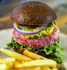 Sanduba vegano no spa: 'burger' de beterraba e batatas assadas no Rituaali