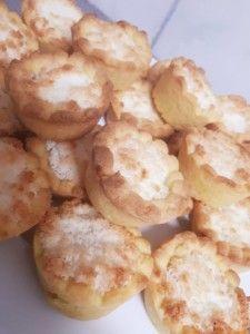 Jam and Coconut Tarts (Hertzoggies) - Resepte Wenke Easy Cookie Recipes, Snack Recipes, Dessert Recipes, Cooking Recipes, Mini Tartlets, Mini Pies, Salted Caramel Fudge, Salted Caramels, Rusk Recipe