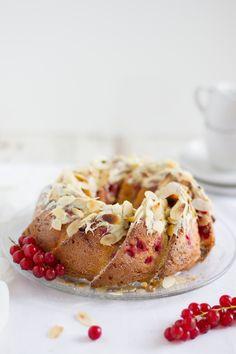 Gugelhupf mit Johannisbeeren Weißer Schokolade und Mandeln / ring cake with white chocolate, redcurrants and almonds