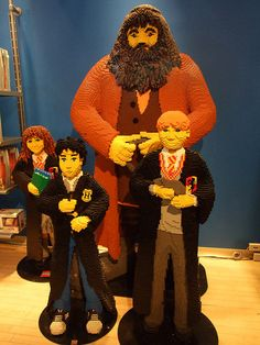 Huge Lego creations of Harry Potter characters on display in FAO Schwartz in New York City Lego Harry Potter, Harry Potter Characters, Minifigures Lego, Chat Origami, Casa Lego, Lego Sculptures, Amazing Lego Creations, Lego Worlds, Lego Design