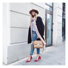 """Vremea este superbă, așa că-ți propunem să optezi pentru pantofi stiletto chic, pe care-i poți pune în valoare cu ajutorul unei poșete YVY BAGS extrem de chic! #loveYVYBAGS #leatherhandbags #YVYBAGSfactory #BrandEst1969 Manuela from """"Let's talk about. fashion!"""""""