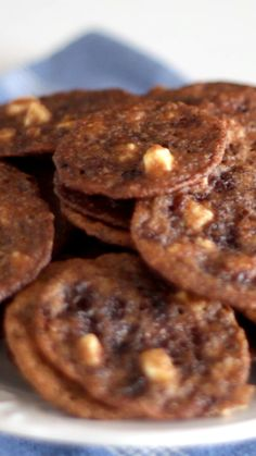 Esses cookies de ovomaltine com pedacinhos de chocolate branco vão ficar incríveis!