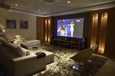 Quer um ambiente imersivo, aconchegante e moderno para ver filmes? Aqui vão algumas dicas essenciais para você ter o seu próprio cinema em casa.
