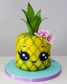This Pineapple Cake is perfect for summer parties and is todays free cake tutorial. See our bio for a link to the tutorial. Made using…