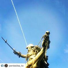 pentesilea_to e il monumento equestre di piazza Solferino ・・・ #lamiatorino #papum #artepubblica  Ferdinando di Savoia e il suo terzo cavallo ferito a morte nella battaglia della Bicocca (1849) scultore #AlfonsoBalzico  #igerstorino