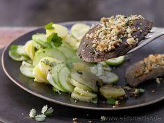 Rezept: Gratinierte Pilzschnitzel mit Gurken-Kartoffel-Salat    Zutaten für 2 Portionen:   400 g festkochende Kartoffeln  1 Salatgurke (ca. 300 g)    Salz  1 Zwiebel  1 EL Senf    2 EL Weißweinessig  Pfeffer  Zucker  2 EL Rapsöl  ½ Bund Pimpinelle  1 Bio-Zitrone  3 Stiele Petersilie  6 EL Semmelbrösel (vorzugsweise Vollkorn)    2 EL Olivenöl  4 große Portobello-Speisepilze oder Austernpilze (à ca. 150 g)     http://eatsmarter.de/rezepte/gratinierte-pilzschnitzel/