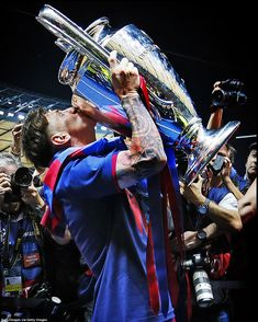 Messi kisses the Champions League trophy after winning it for the fourth time as photographers try to catch the perfect snap Messi Team, Messi Vs, Messi Soccer, Lionel Messi Barcelona, Barcelona Football, Messi Champions League, Messi Videos, Messi 2015, Fc Barcelona Wallpapers