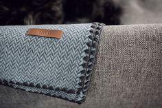 Manta para perros de lana de oveja merino australiana. En espiga, dos opciones de color: naranja y azul. Bordes rematados con un cosido marrón tipo vainica Color Naranja, Blankets, Bags, Grey Colors, Blue Nails, Dog Blanket, Aussies, Bed Covers, Fabrics