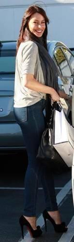Who made Sofia Vergara's black suede pumps and skinny jeans? Shoes – Christian Louboutin  Jeans – J Brand