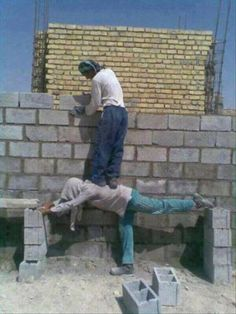 We all need a good laugh sometimes. Enjoys these goofy Memes! Stupid Guys, Stupid People, Funny People, Wtf Funny, Funny Memes, Hilarious, Safety Fail, Construction Fails, Darwin Awards