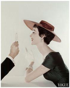 Dovima - Vogue photo by John Rawlings Vogue Fashion, 1950s Fashion, Look Fashion, Fashion Models, Fashion Hats, Fashion Styles, Vintage Models, Vintage Vogue, Vintage Hats