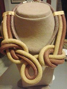 Collar de nudos en cordón grueso colores tierra
