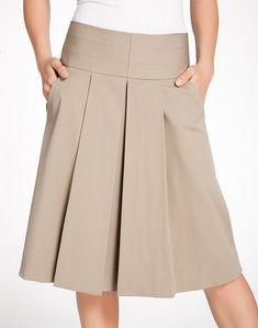 La falda es acampanada , con dos tachones delanteros anchos y dos bolsillos laterales con un corte sesgado. Puede laborarse en telas...