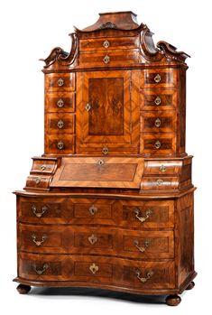 Auf gequetschten Kugelfüßen stehender, doppelt geschweifter Unterbau mit drei Schubladen, darüber das zentrale Schreibfach, flankiert von zwei übereinander ...