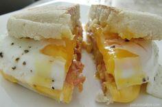 Una copia del sándwich Mc Muffin con huevo y tocino para que puedan disfrutarlo en la comodidad de su casa. Con huevo, tocino, queso y pan tostado con mantequilla.