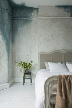 """OMG That WALL!!!!!!! A fabulous London home to share with you today-- """"tres chic"""", I think you will love it. KEMPE, LONDON The property is a ..."""