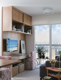 """Aproveitamento de espaço.  Detalhe: a cadeira do """"escritório"""" e igual a da mesa de jantar."""