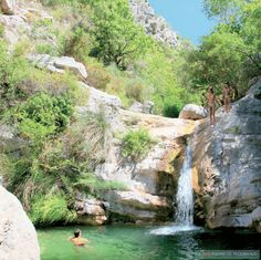"""Sommer, Wasser, Savoir-vivre: """"Wild Swimming"""" in Frankreich - n-tv. Wow Travel, Swimming Photos, Road Trip France, Plitvice Lakes National Park, Seen, Top Destinations, Beautiful Places, National Parks, Places To Visit"""