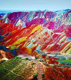 Non, ce n'est pas une aquarelle. Il s'agit du parc géologique national de Zhangye Danxia en Chine