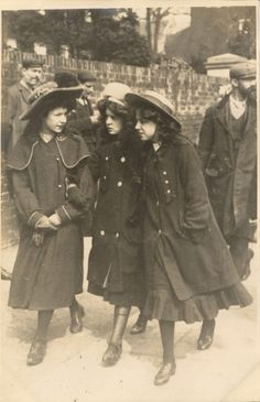 Three Edwardian girls—probably English. So charming Antique Photos, Vintage Pictures, Vintage Photographs, Old Pictures, Old Photos, 1900s Fashion, Edwardian Fashion, Vintage Fashion, Belle Epoque