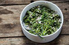 Broccolisallad | FARBROR GRÖN Parsley, Lettuce, How To Dry Basil, Celery, Broccoli, Herbs, Vegetables, Food, Essen