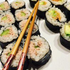 Recette facile de makis. Première recette japonaise postée sur le blog mais surement pas la dernière ! Je suis en effet une grande fan de la cuisine asiatique. On commence par les makis, très simples à réaliser, et à décliner à l'infini avec les ingrédients mis à l'intérieur....