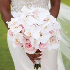 para la novia, orquídeas blancas y rosas rosadas