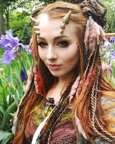 Are you looking for inspiration for your Halloween make-up? Check out the post right here for cute Halloween makeup looks. Horns Costume, Demon Costume, Cosplay Horns, Faerie Costume, Costume Makeup, Cosplay Costumes, Elven Cosplay, Elf Costume, Cosplay Makeup