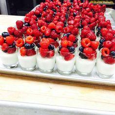 hotel breakfast Greek yogurt and Berries Verrines for Easter Brunch buffet stregisbalharbour Brunch Mesa, Brunch Buffet, Party Buffet, Mother's Day Buffet, Breakfast Buffet Table, Fruit Parfait, Yogurt Parfait, Birthday Brunch, Brunch Party