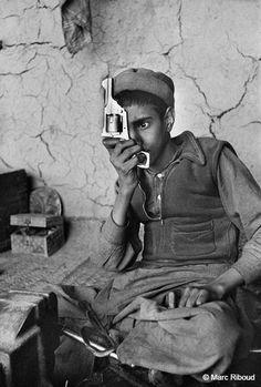 Afghanistan, 1956. Fabriques d'armes tribales près de la frontière du Pakistan. Marc Riboud