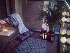 Balkon battaniyesi ve mum ile kışlık balkon modeli   Kadınca Fikir - Kadınca Fikir Blanket, Bed, Home, Stream Bed, Ad Home, Blankets, Homes, Beds, Cover