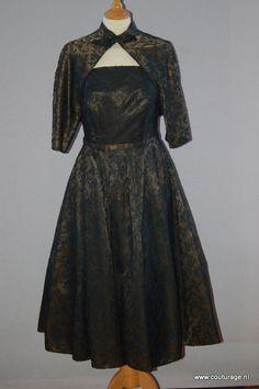 Strapless cocktailjurk met bolero van satijn met kant. Dreeses dresses. (1960E029)