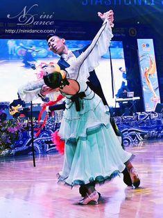 D652リボンとフリルの瑞々しい若葉色モダンドレス : 社交ダンスウェアNiniDance